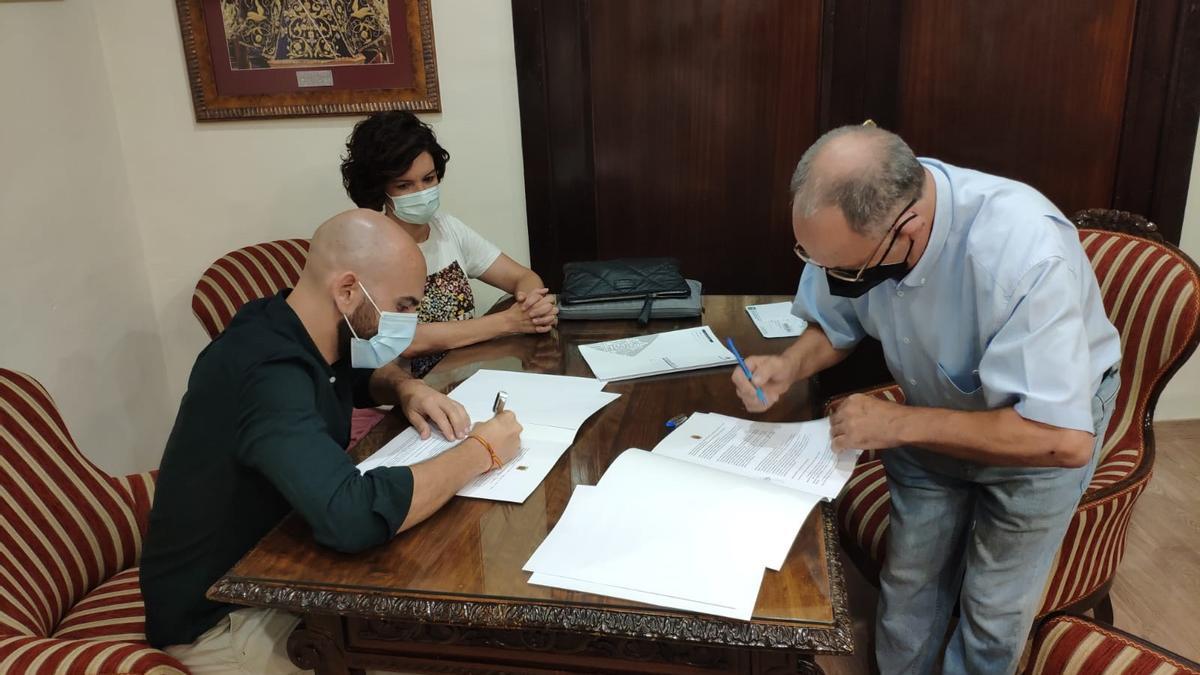 Firma del convenio entre la protectora y el Ayuntamiento.