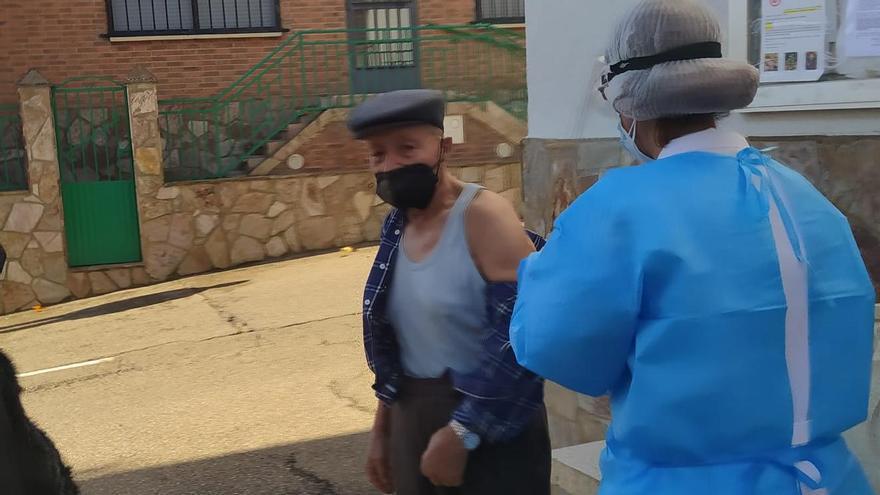 A la intemperie: así reciben la vacuna de la gripe los vecinos de Vegalatrave