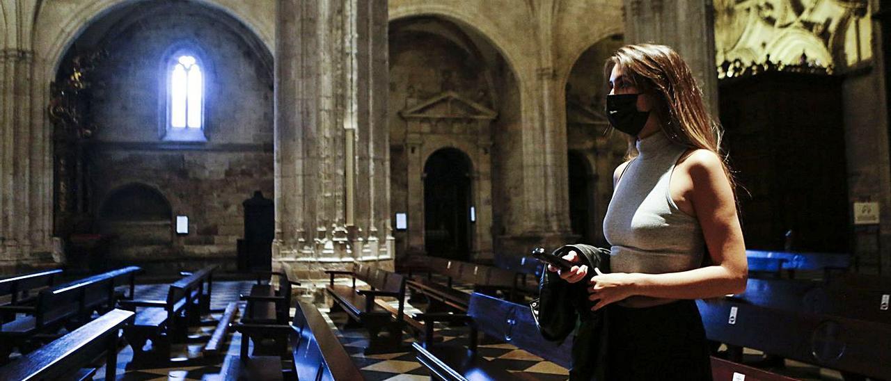 Una visitante en la Catedral de Oviedo con la audioguía.   Julián Rus