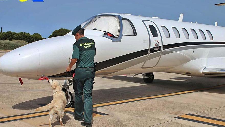 Detenido con más de diez tipos de drogas tras aterrizar en Ibiza a bordo de un 'jet' privado
