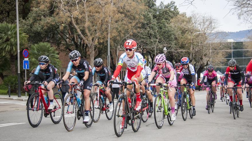 La cursa ciclista femenina reVolta passa aquest diumenge per l'Anoia