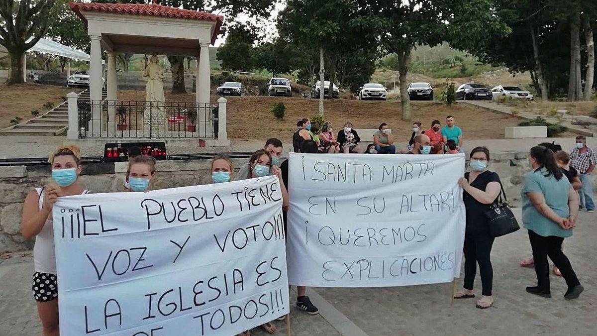 Grupo de vecinos manifestándose el lunes tras la novena en Santa Marta de Ribarteme.