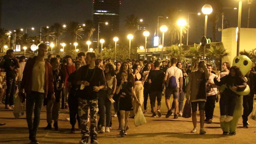 Sigue la tensión en Barcelona en una nueva noche de botellones y vandalismo
