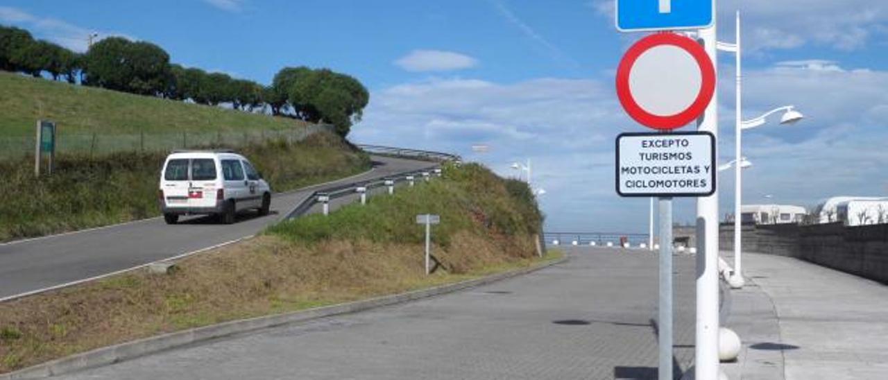 Un turismo accede desde Perlora a Candás por La Formiga, sobre el Monte Fuxa.