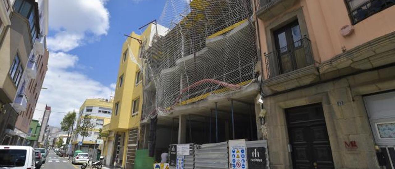 Vista exterior de las obras de la residencia comunitaria en la calle Suárez Naranjo de la capital. |
