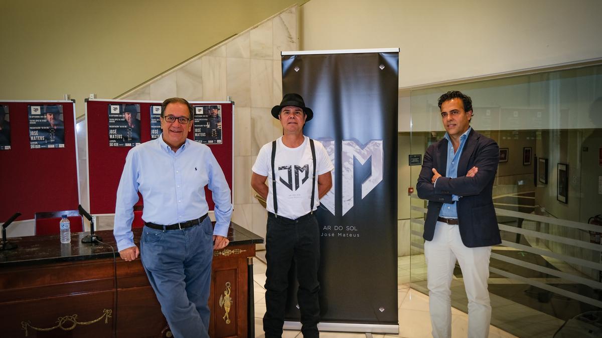 José Mateus (centro), junto a Cecilio Venegas (izquierda) y Miguel Ángel Jaraíz, en el cafetín del López, ayer.