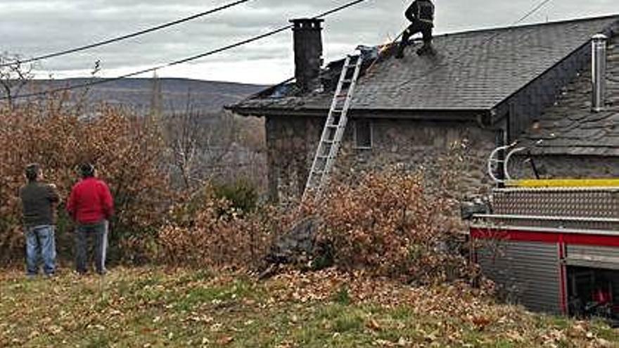 El fuego originado en una chimenea daña el tejado de una casa en Cobreros