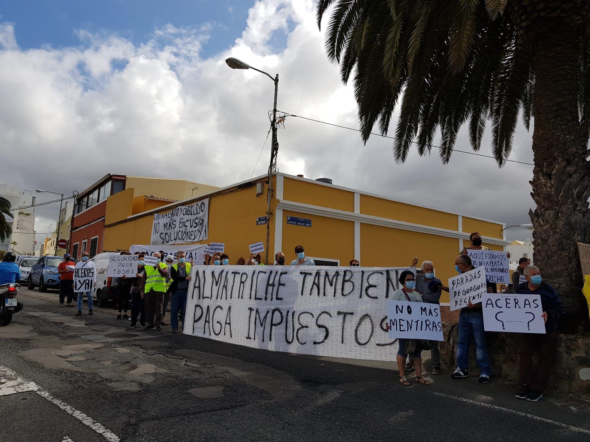 Los vecinos de Almatriche Bajo se movilizan para reclamar la creación de aceras