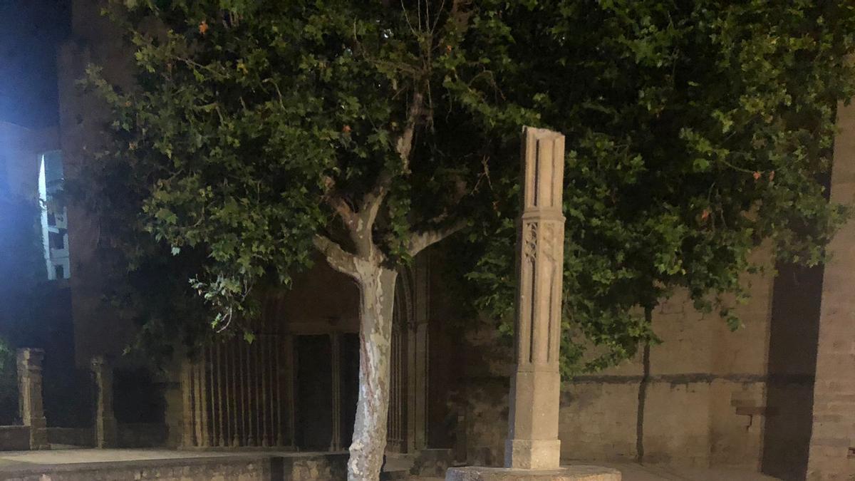 Imatge de lcom ha quedat la creu de terme del Camí dels Monjos davant l'església del monestir de Sant Cugat del Vallès. (Vertical)