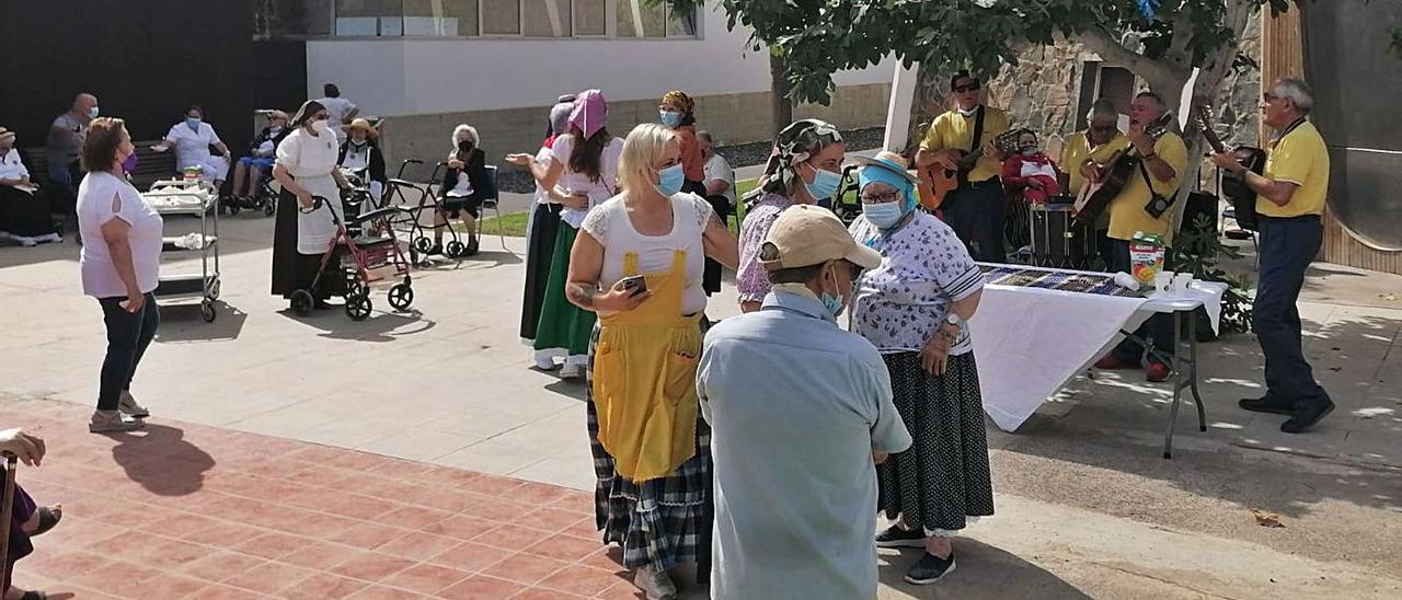 Las personas mayores de San Fernando, en San Bartolomé de Tirajana, disfrutando ayer de la festividad. | | LP/DLP