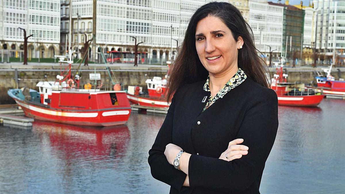 Irene Souto Blázquez posa con la fachada de la Marina de fondo.    // VÍCTOR ECHAVE