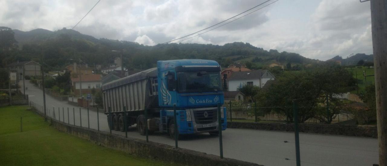 Un camión circulando por zonas de Llanera.