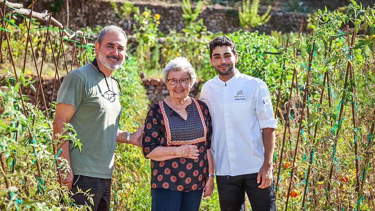 Benet Vicens, Catalina Mayol y Jaume Vicens, en uno de los dos huertos de su restaurante.