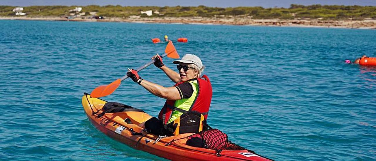 Una de las voluntarias en kayak que acompañan la vuelta.