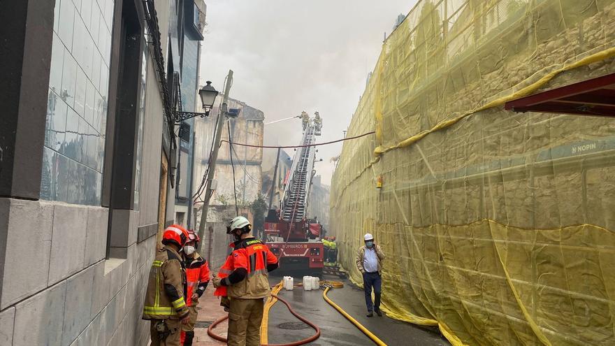 Arde y se derrumba un céntrico edificio en Oviedo que obliga a desalojar a los vecinos de la zona