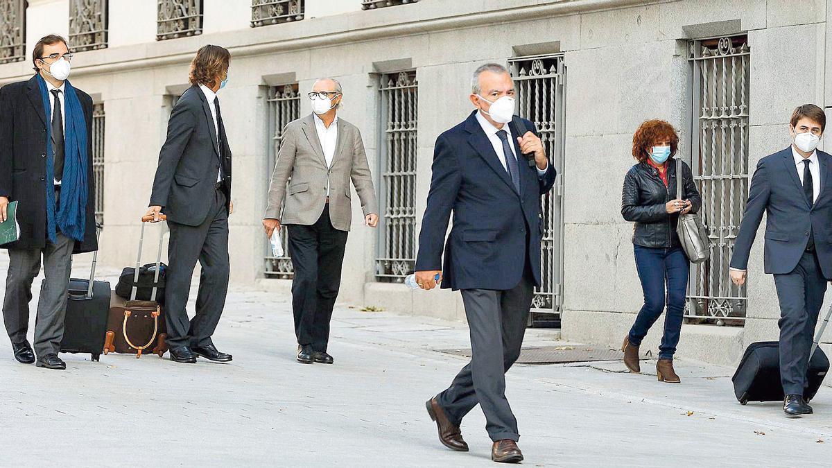 Roberto López, en primer plano, junto a Daniel Gil (al fondo con chaqueta clara) y sus abogados ayer en las inmediaciones de la Audiencia Nacional en Madrid.