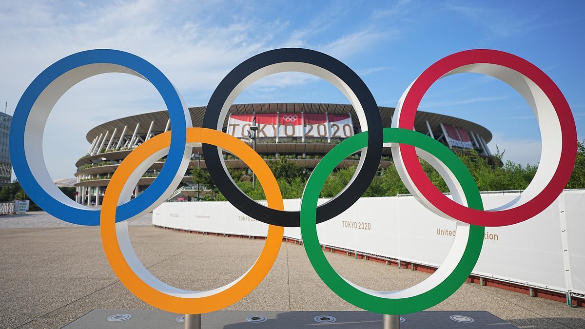 Los anillos olímpicos frente a un estadio antes de los Juegos Olímpicos de Tokio