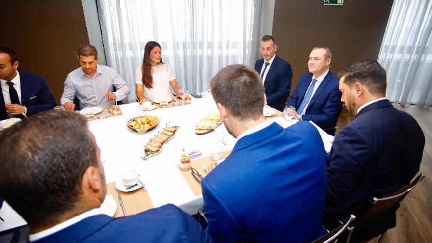 El alcalde se reúne con los Jóvenes Empresarios para dar a conocer los planes de la ciudad