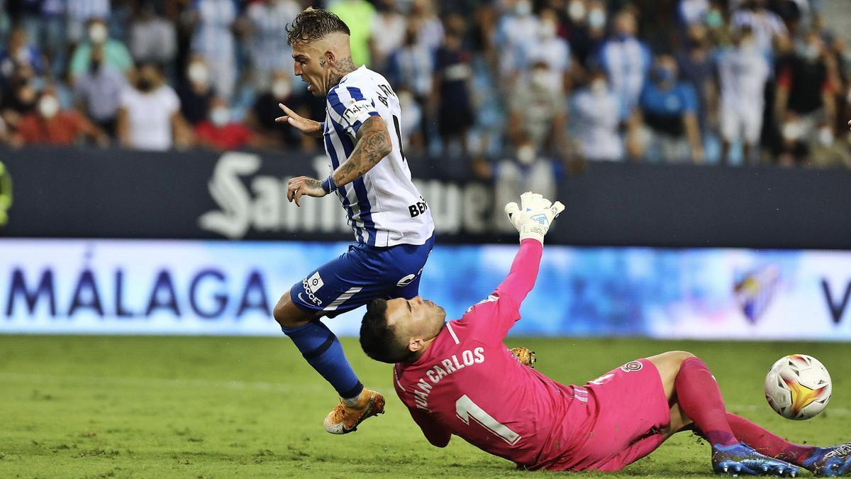 Brandon i Juan Carlos, en l'acció que va suposar el 2-0, obra de Paulino
