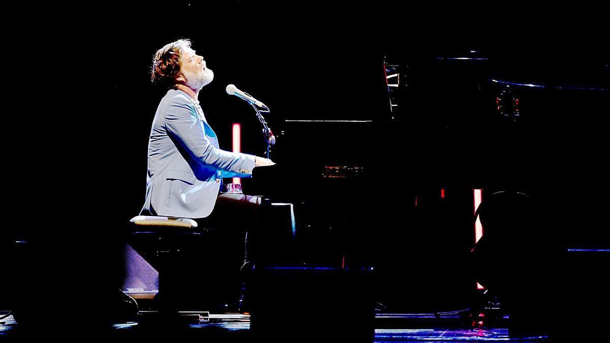 Rufus Wainwright va actuar en solitari i només amb el seu piano i la guitarra en el marc del Festival Castell  de Peralada.  | MIQUEL GONZÁLEZ – SHOOTING