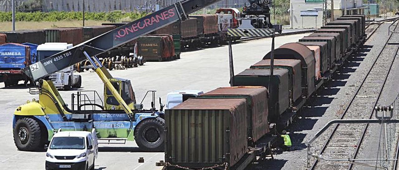 Tren de mercancías en los accesos al Puerto de Sagunt. | D. TORTAJADA