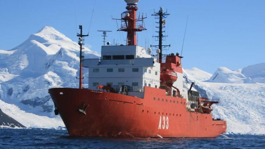 El 'Hespérides' cancela su viaje a la Antártida al detectarse 35 positivos de Covid-19