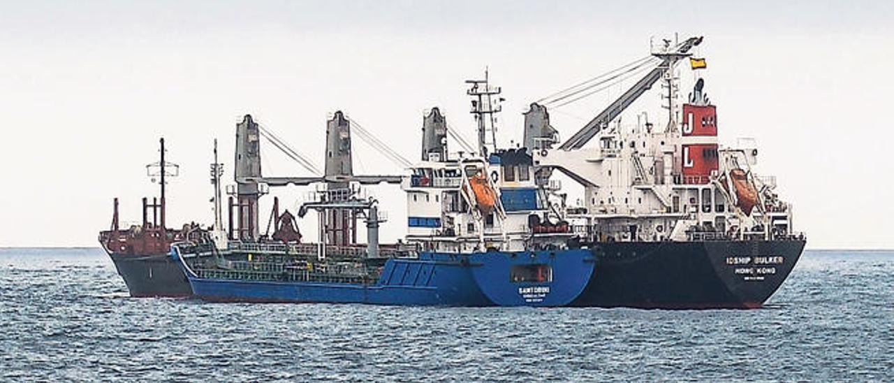La gabarrar 'Santorini' suministra combustible al 'Idship Bulker' en la bahía de la capital grancanaria, ayer