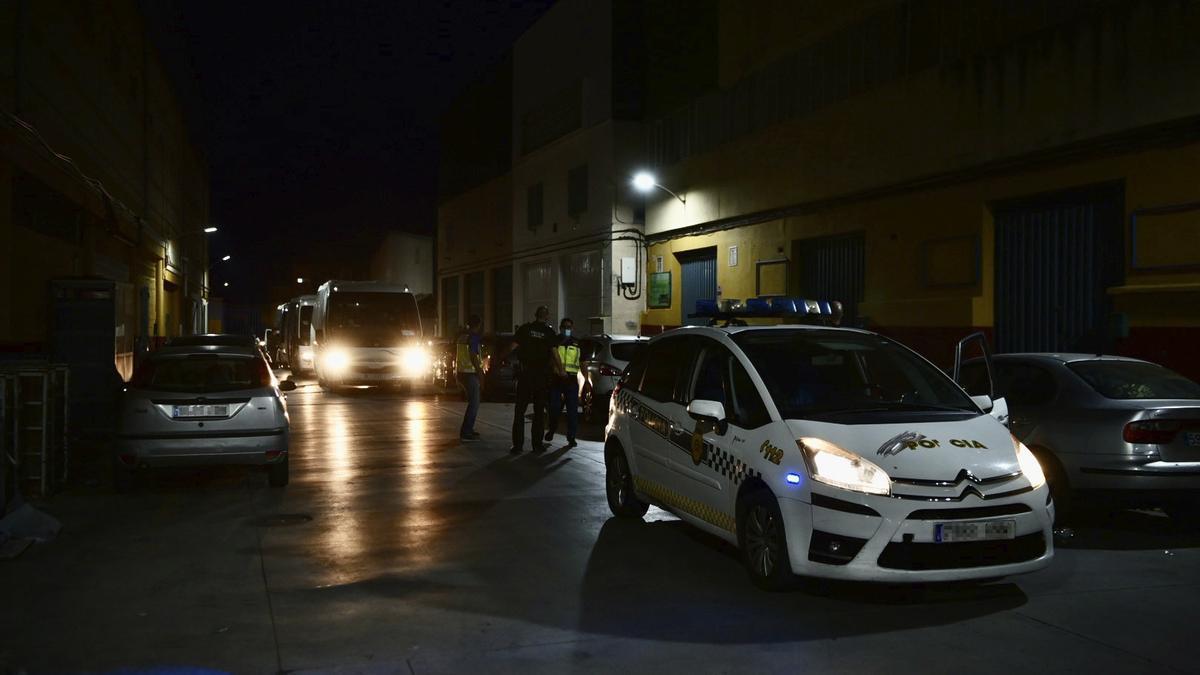 Un vehículo de la Policía Local de Ceuta, durante el traslado de varios menores.