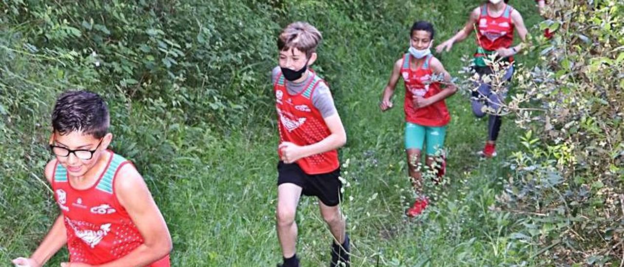 Niños de la escuela de trail running del Oriente, en una competición, días atrás, por Alles. | J.M.C.