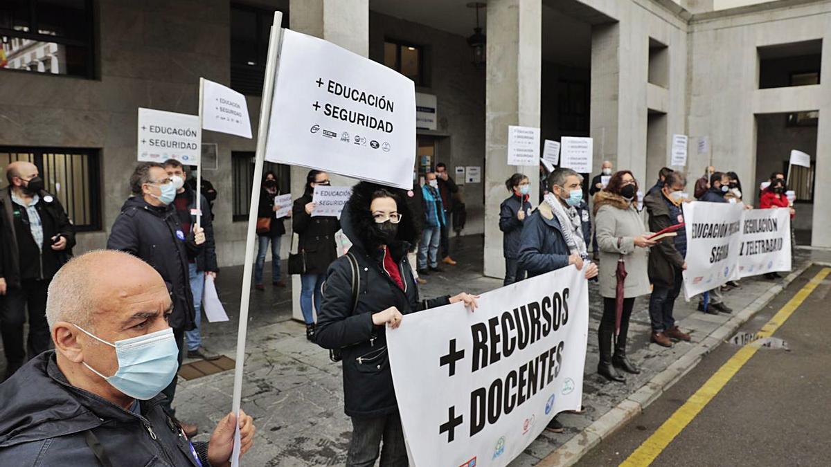 Manifestantes, ayer, a las puertas de la Consejería de Educación. | Miki López