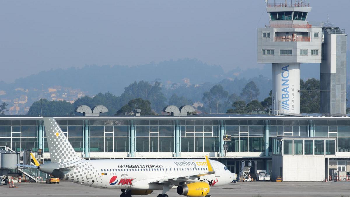 Un avión de Vueling en el aeropuerto de Vigo. // Carlos González