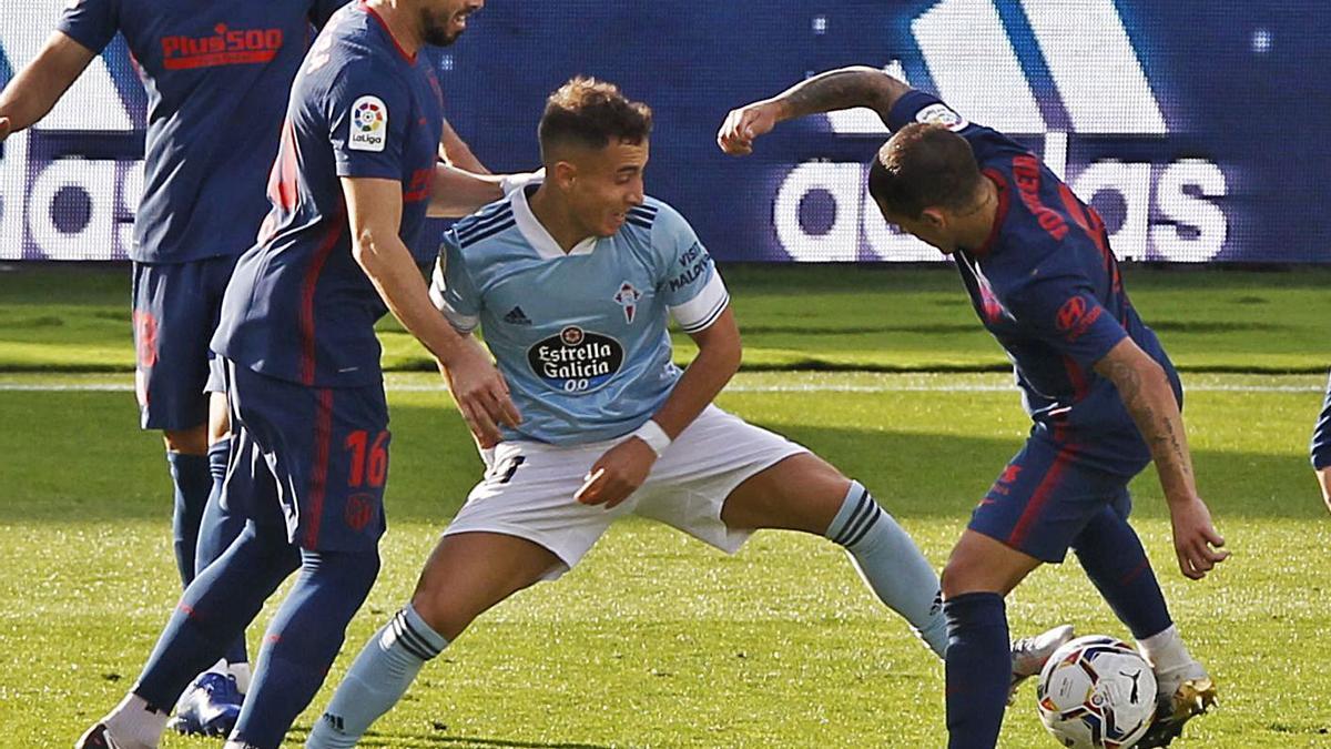 Emre Mor disputa un balón a Tripier (derecha) y Herrera en el partido contra el Atlético. |  // RICARDO GROBAS