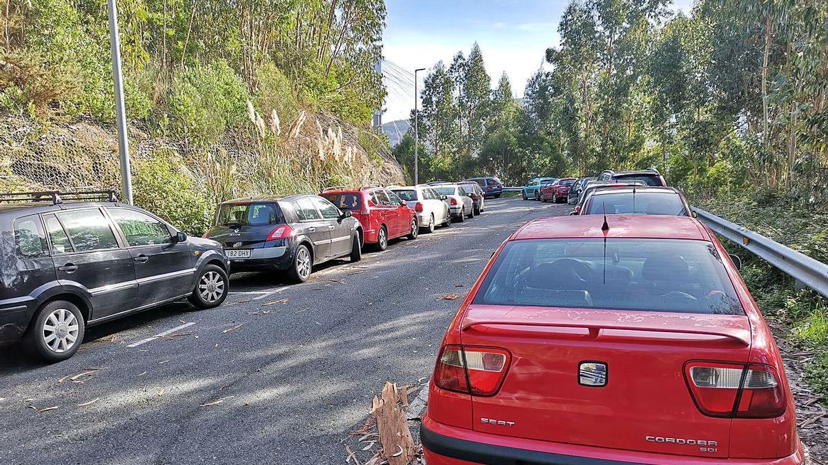 El aparcamiento disuasorio de Domaio, ayer, con todas las plazas completas. |   // S.A.