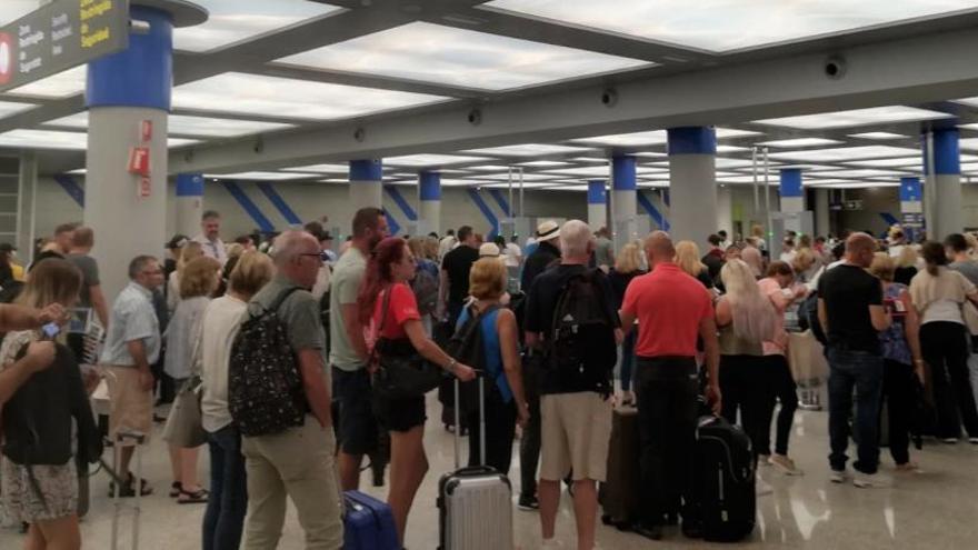 Denuncia a un guardia civil que la retuvo por hablar catalán en el aeropuerto