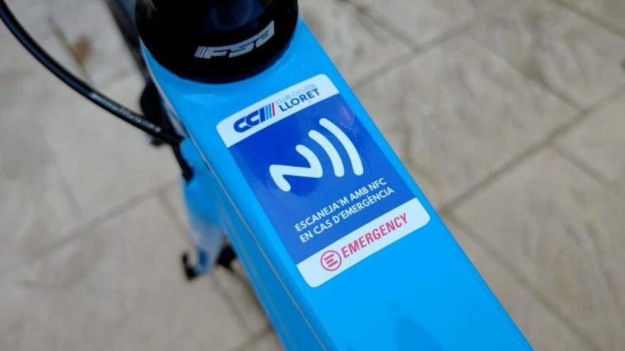El Club Ciclista Lloret crea una pegatina para casos de emergencia
