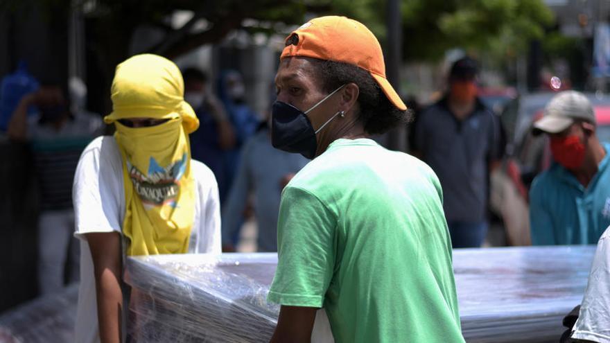 Ecuador retira más de 770 cadáveres de viviendas por la crisis del coronavirus