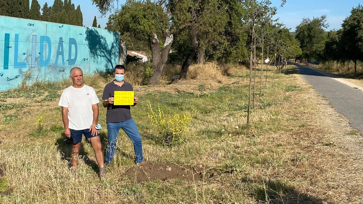 Manuel López Andrade con José Antonio Ranchal en la Vía verde junto a huecos de los árboles robados