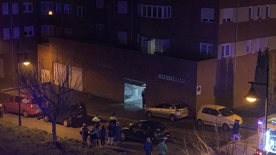 Alarma en Coto Carcedo tras arder un turismo en el interior de un garaje