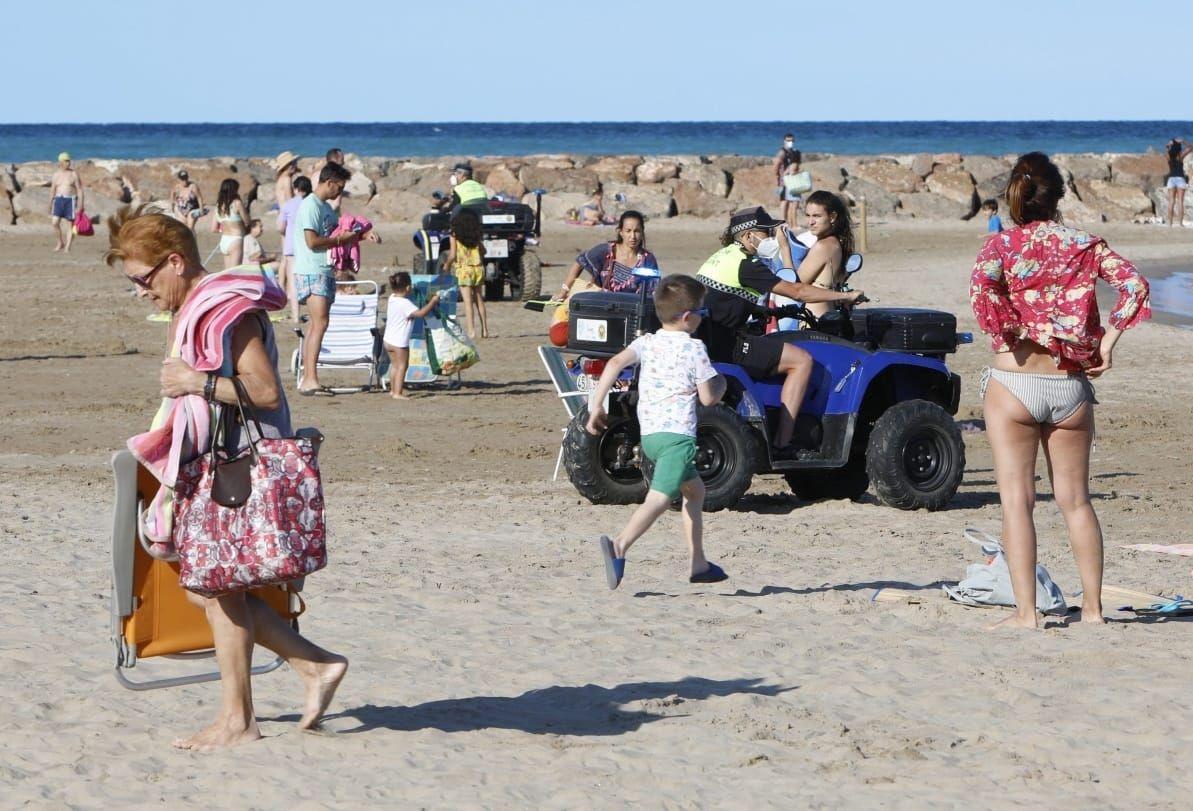 La Policía Local desaloja la playa del Port de Sagunt ante la noche de San Juan