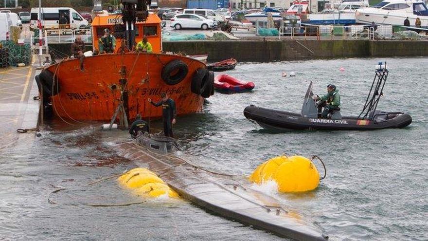 El narcosubmarino hundido en Galicia llega a puerto