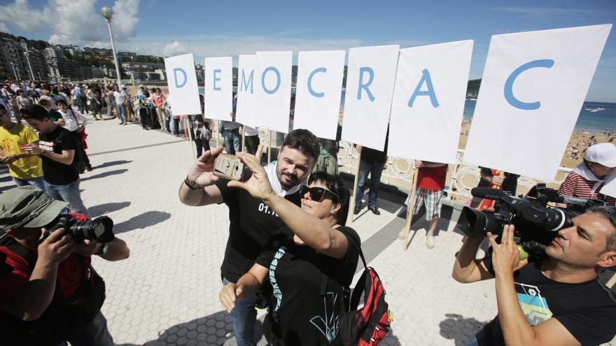 Desenes de milers de persones uneixen les capitals basques a favor del dret a decidir