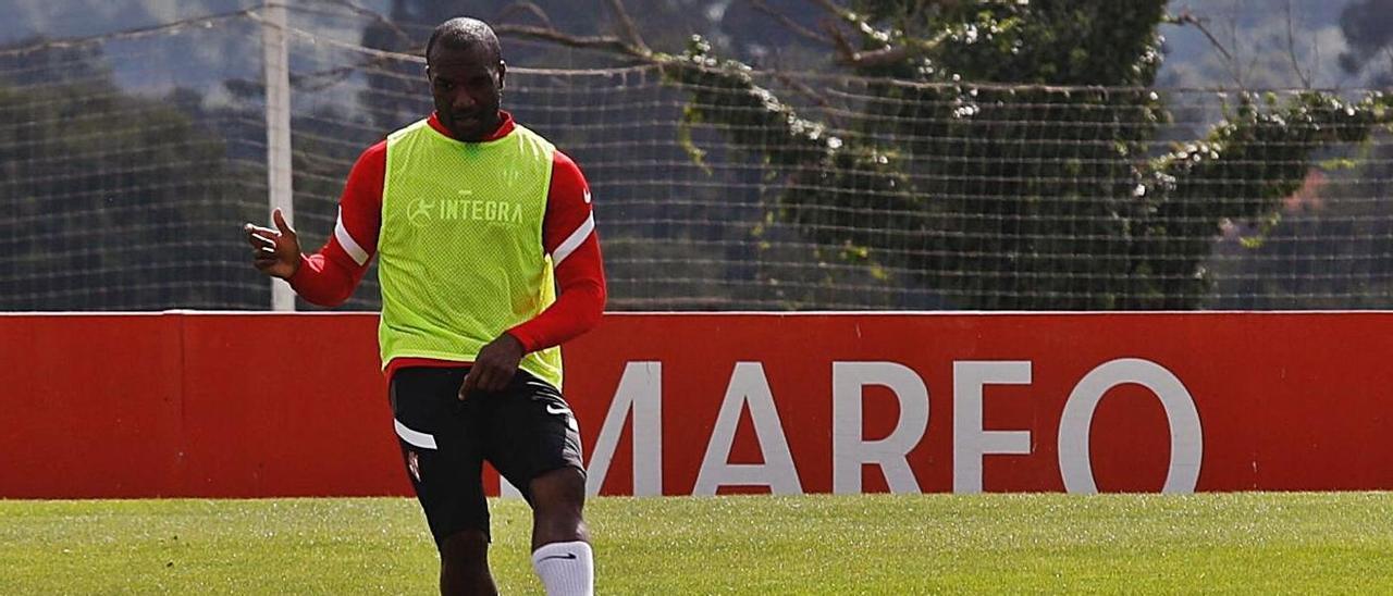 Babin golpea el balón durante un entrenamiento en Mareo. | Ángel González