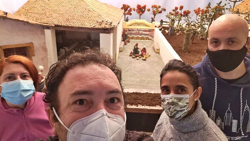 Candás inaugura su tradicional ruta de belenes con un diorama de Santarúa