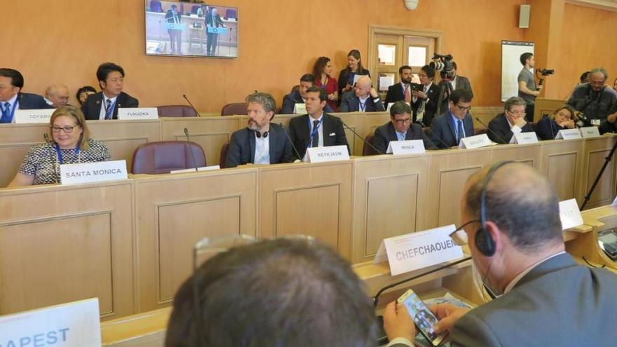 Lores invita al alcalde de Atenas a visitar Pontevedra