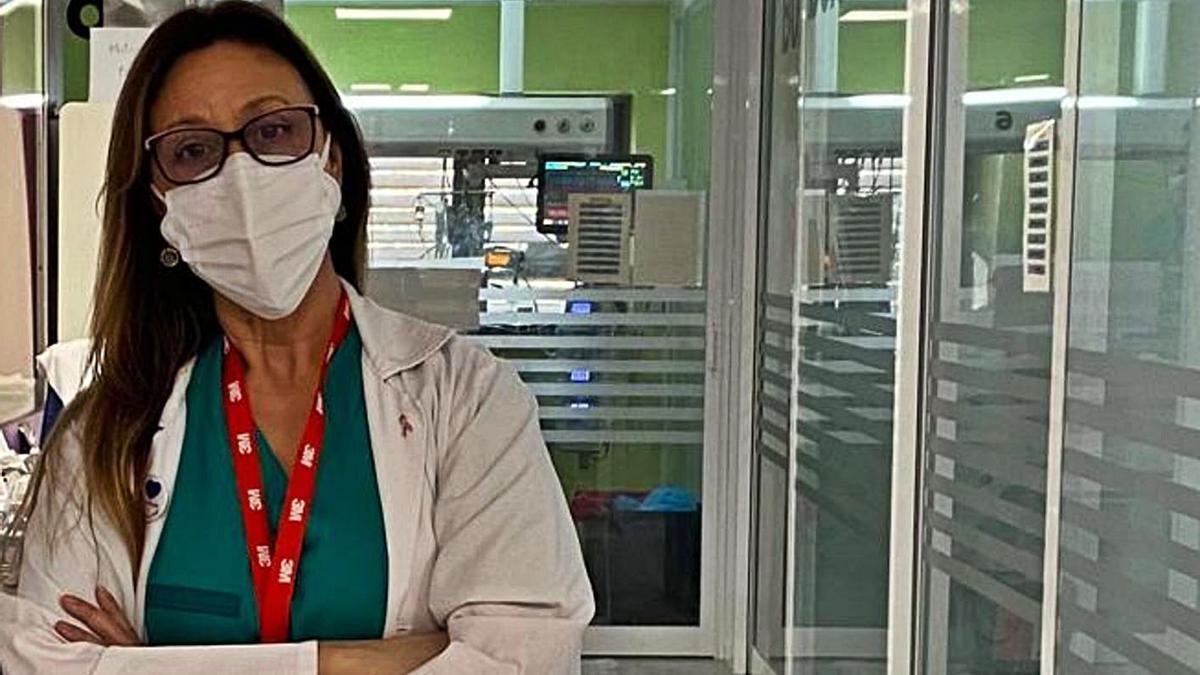 La anestesióloga Ana Pérez fotografiada en su puesto de trabajo en el Hospital de Elche.