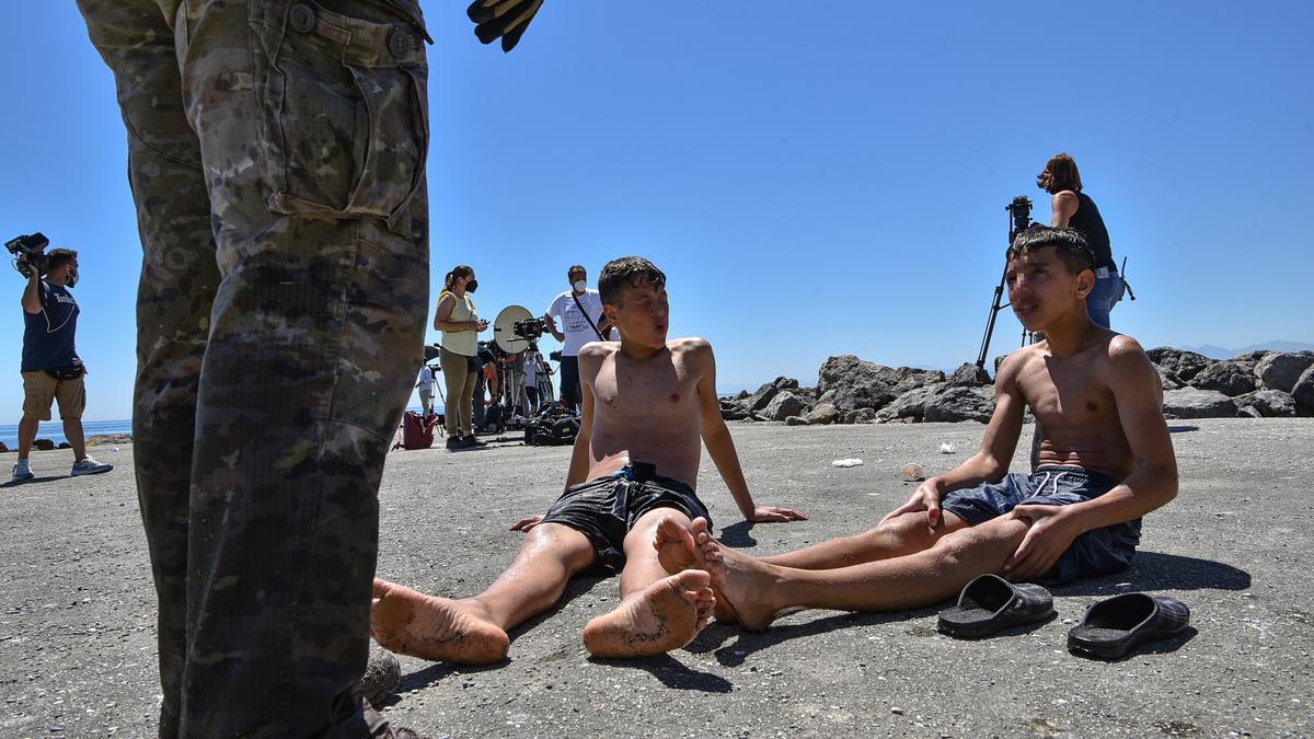 Dos menores migrantes procedente de Marruecos a su llegada a Ceuta.