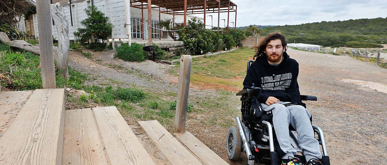 Rares Constantin Popa se encuentra cada día con obstáculos que impiden su movilidad, como en esta imagen en Cala Nova.   JUAN A.RIERA