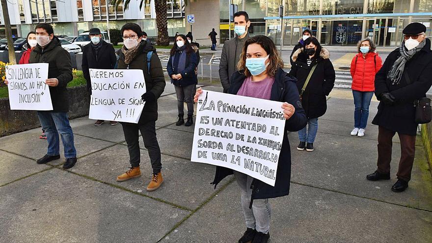 Familias del San Pedro de Visma exigen a la Xunta medios para dar clase a alumnos sordos