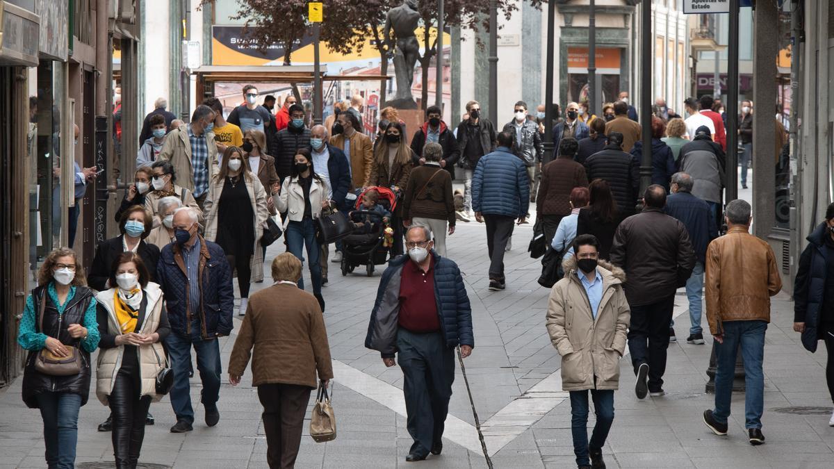 Gente paseando por las calles de Zamora durante Semana Santa.