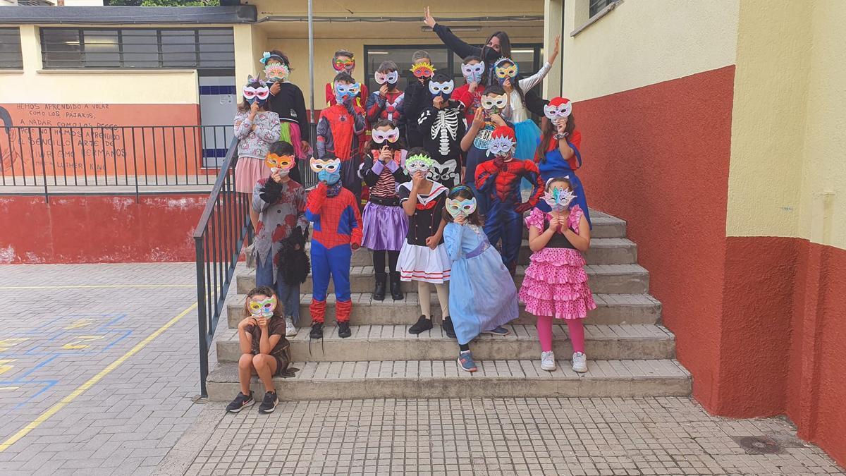 Alumnos del CEIP Las Delicias celebran el Carnaval, de la mano de su profesor Carlos Casanova, letrista de Triqui-Traques.